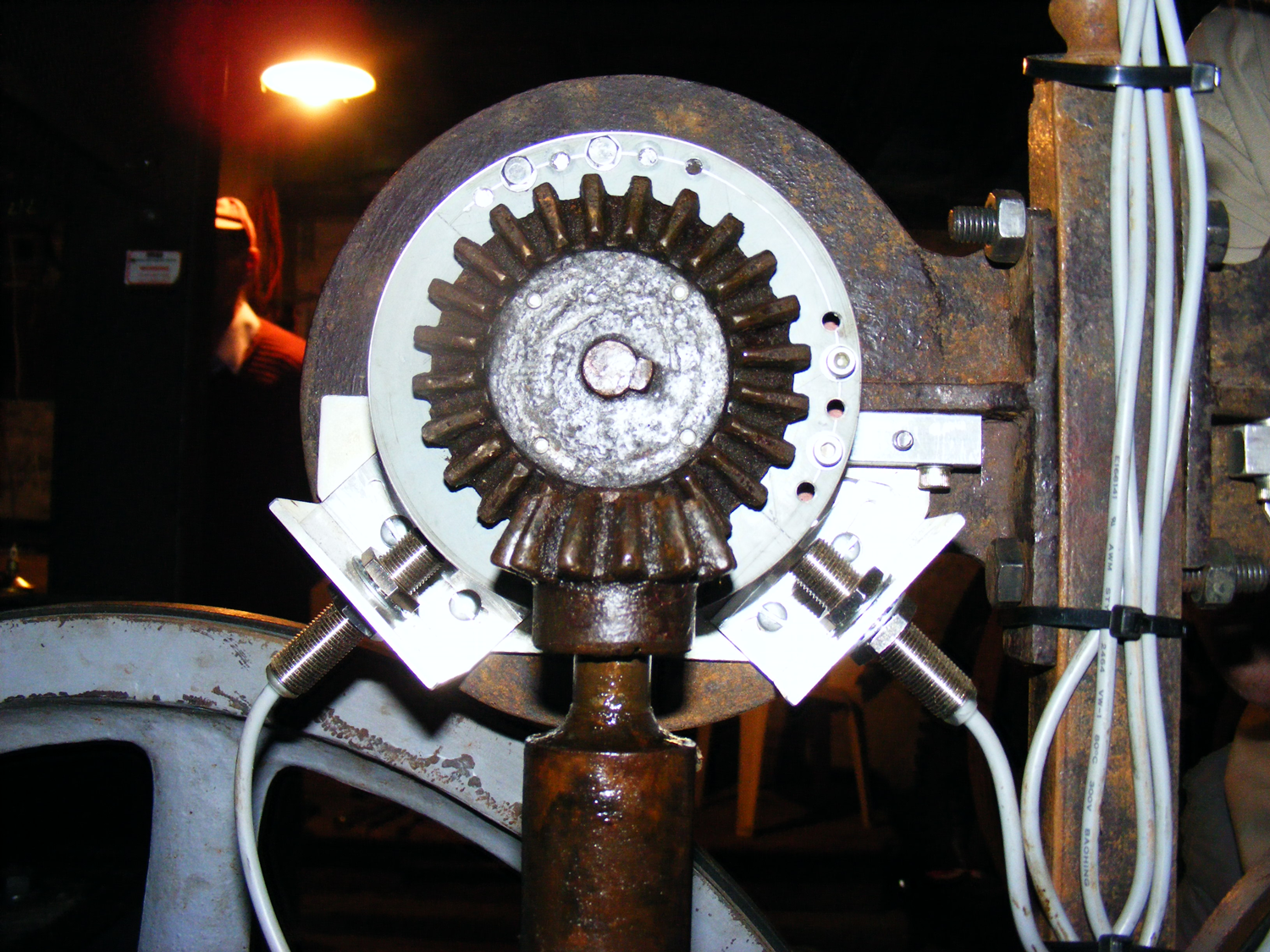 – Sensors and targets on reverse of handwheel pointers.